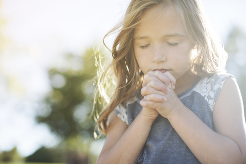girl_praying_beth_demme